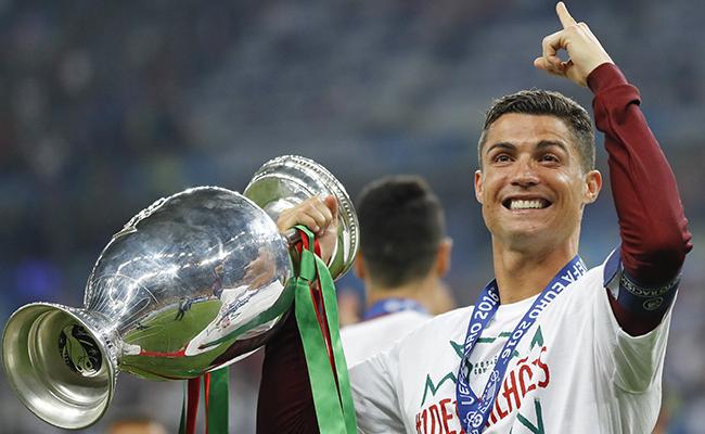 Sorprenden a Cristiano Ronaldo con 3 galardones en un día