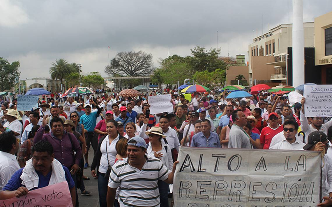 """Manifestación de maestros, quienes realizaron la """"Marcha por la Dignidad"""" en Villahermosa"""
