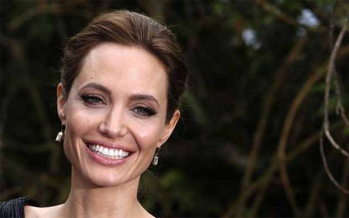 Angelina Jolie protagonizará película que une a Peter Pan con Alicia en el país de las maravillas