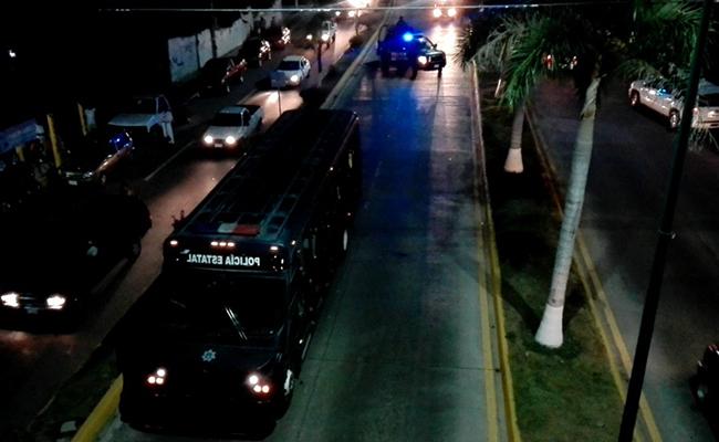 Policías y transportistas se enfrentan en Zihuatanejo