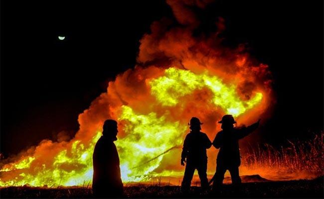 Suman 4 muertos por explosión en refinería de Salamanca