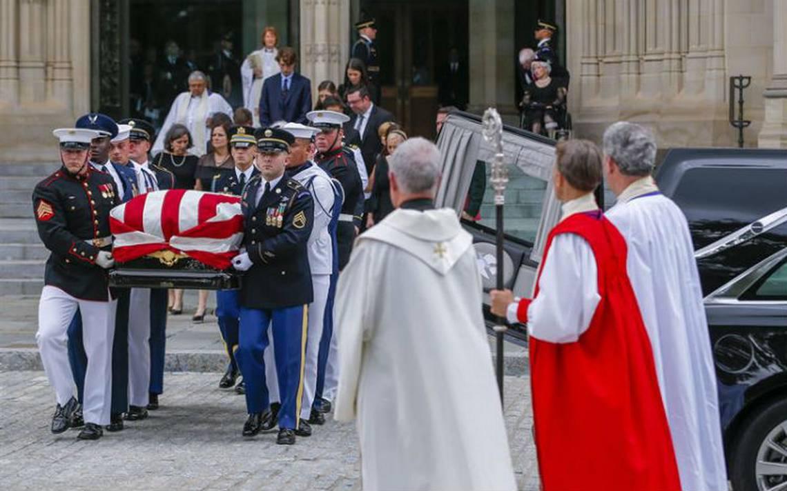 Sepultan a John McCain en ceremonia privada en Annapolis