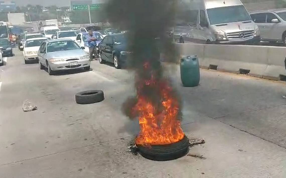 Vecinos bloquean Paso Exprés de Cuernavaca