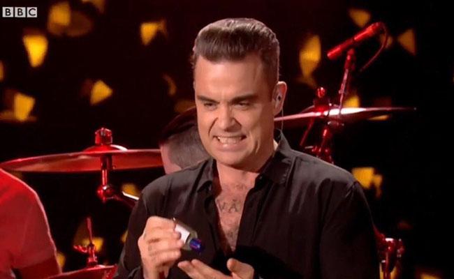 Robbie Williams se asquea por saludar a sus fans