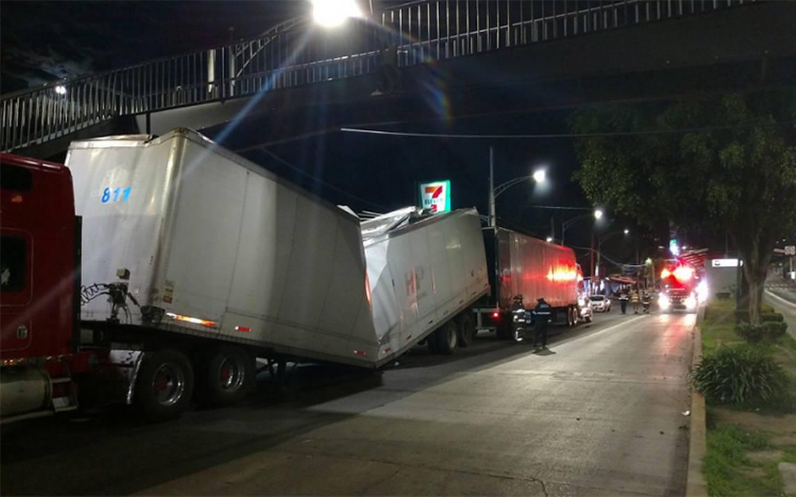 Dos tráileres chocan contra estación La Joya del Metrobús