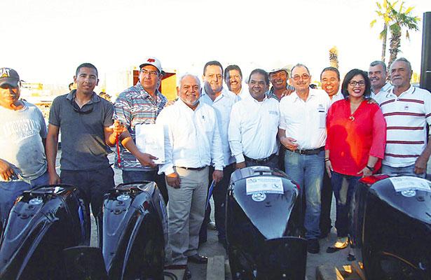 Entregan apoyos a pescadores de La Paz