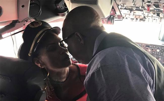 """Amor """"de altura"""": hombre pide matrimonio desde la cabina de un avión"""