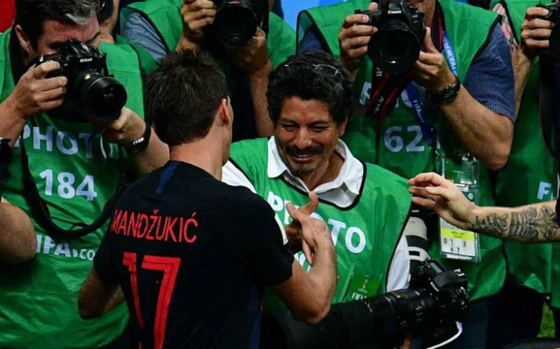 Con todo y beso, este fotógrafo celebró junto con los croatas el pase a la final
