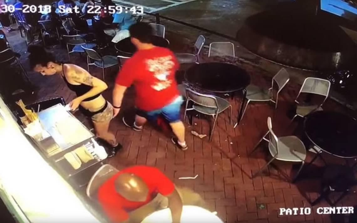 [Video] Mesera se defiende de cliente que la manoseó y las redes la aplauden
