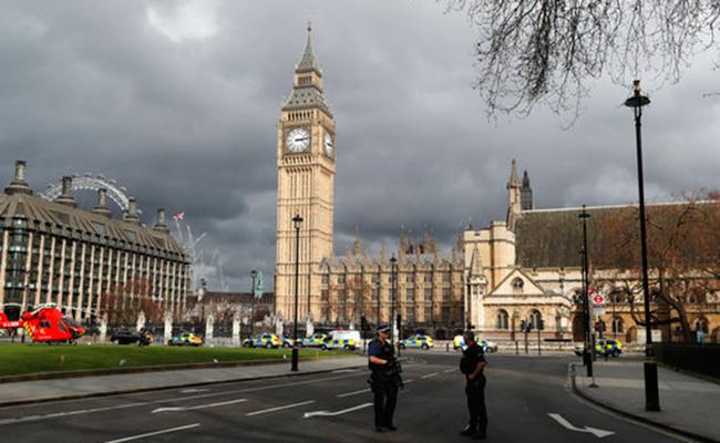 Sacan a Theresa May del Parlamento británico; está a salvo, afirman