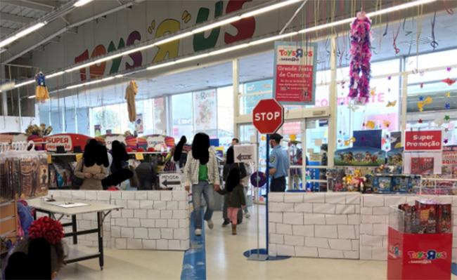 Layún exhibemuro que decora tienda estadounidense de juguetes