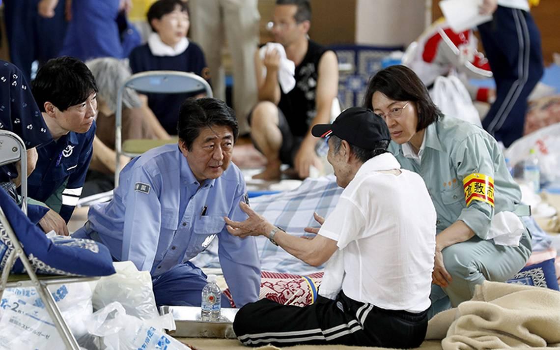 Shinzo Abe visita zona de desastre por lluvias en Japón; suman 176 muertos