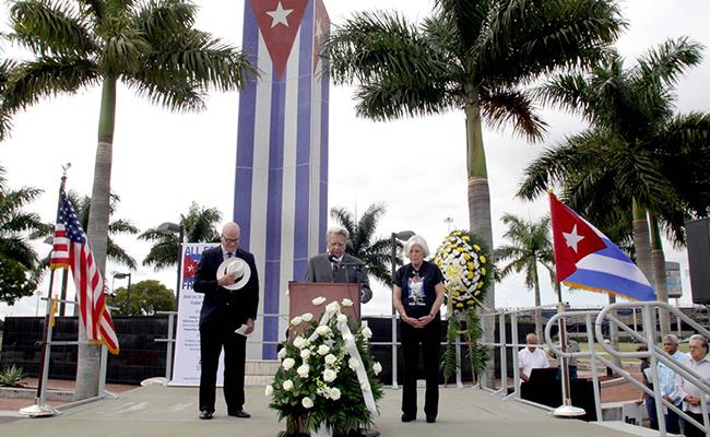 """Exiliados cubanos rinden homenaje a """"víctimas"""" de Fidel Castro en EU"""