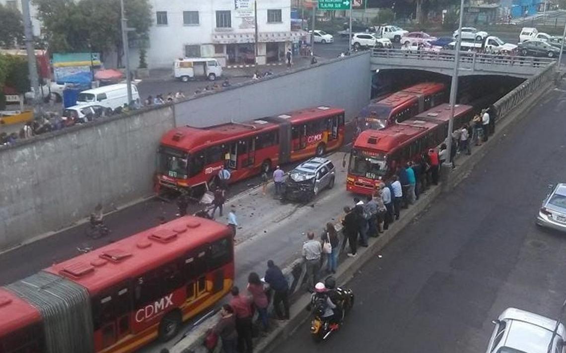 Camioneta circula en sentido contrario y choca contra Metrobús en Xola