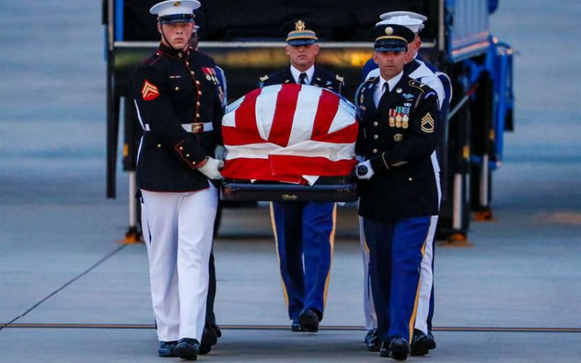 Féretro de John McCain llega a Washington para tres días de homenaje