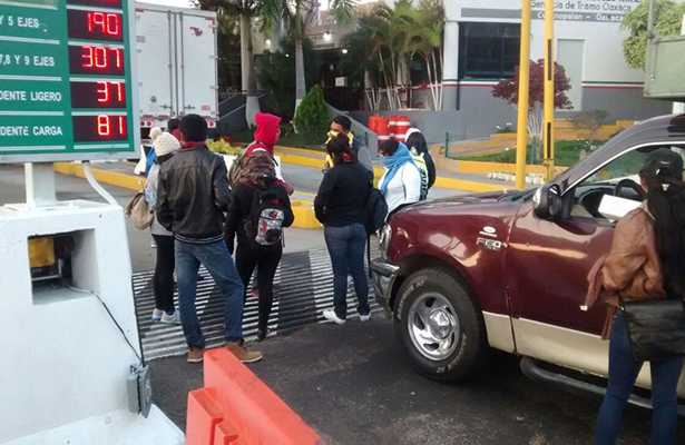 Normalistas y universitarios toman caseta de Huitzo