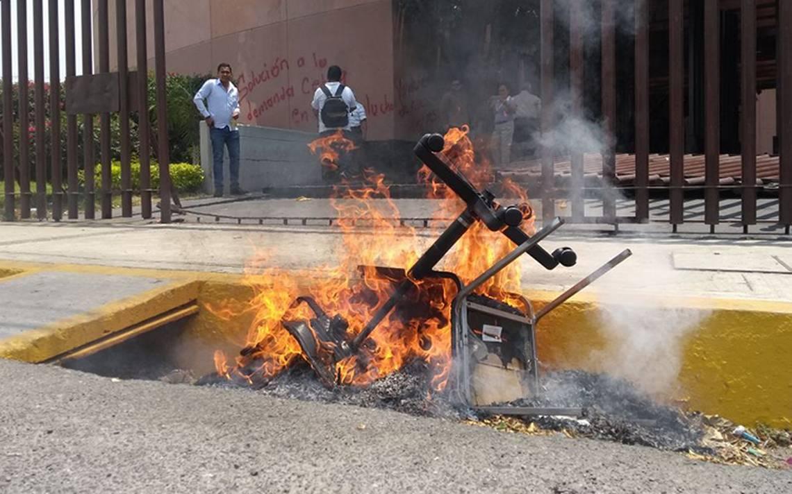 Maestros de la CETEG realizan destrozos en Congreso de Guerrero
