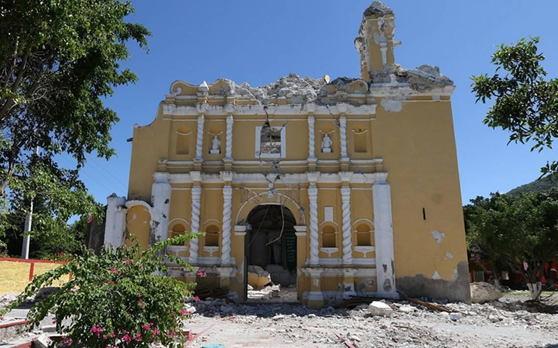 A un mes del sismo, la gente camina aún entre escombros