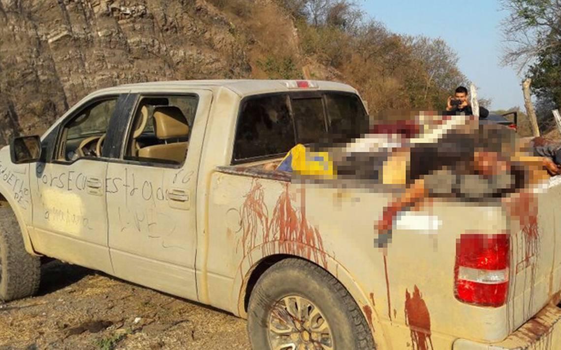 Suman 15 cuerpos hallados en una camioneta en Michoacán