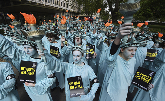"""Estatuas de la Libertad"" marchan en contra Trump"
