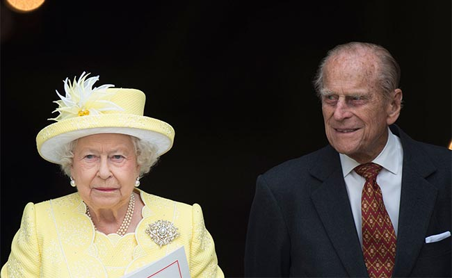 Isabel II y el duque de Edimburgo retrasan vacaciones por resfriado