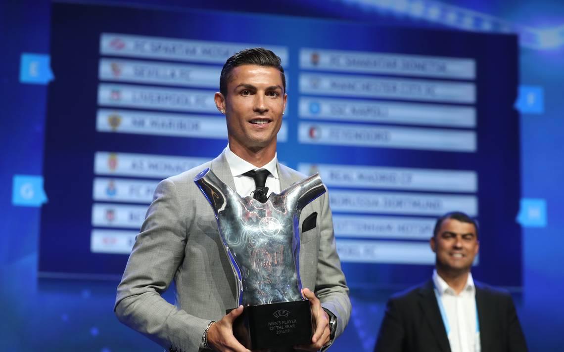 """Cristiano Ronaldo recibe """"corona"""" como mejor jugador de la UEFA"""