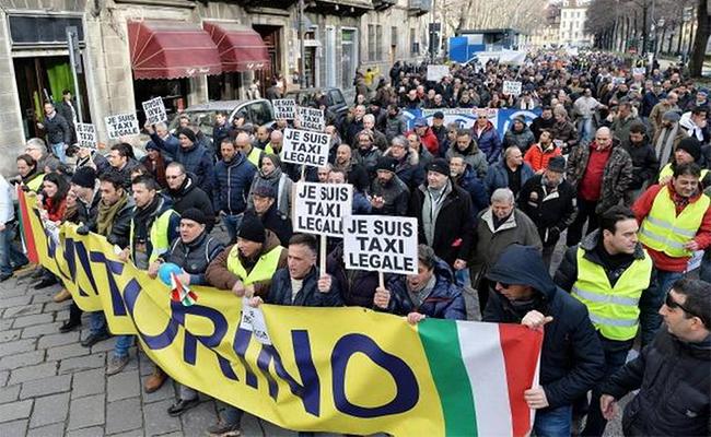 Taxistas paralizan el centro de Roma en protesta contra Uber