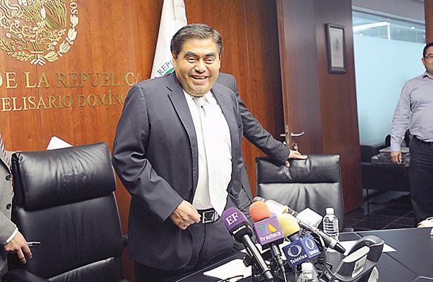 Miguel Barbosa continuará al frente del PRD en el Senado