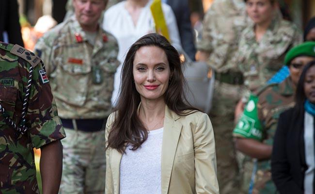 Angelina Jolie sorprende con visita a niñas refugiadas en Kenia