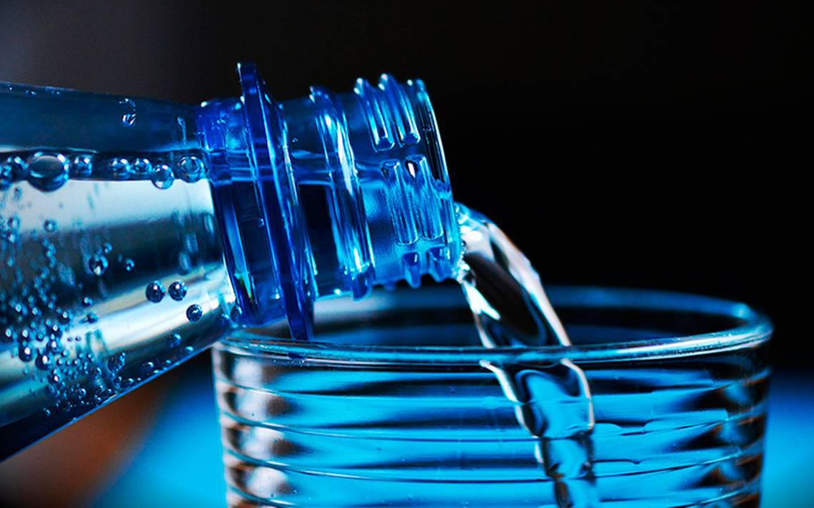 Cuidado, agua embotellada se contamina con plástico