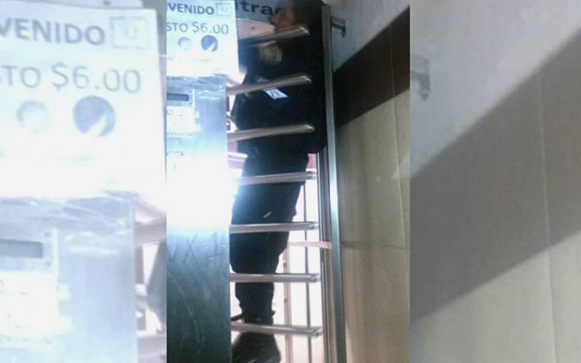 Por no querer pagar el baño, policía se queda atorado en torniquetes