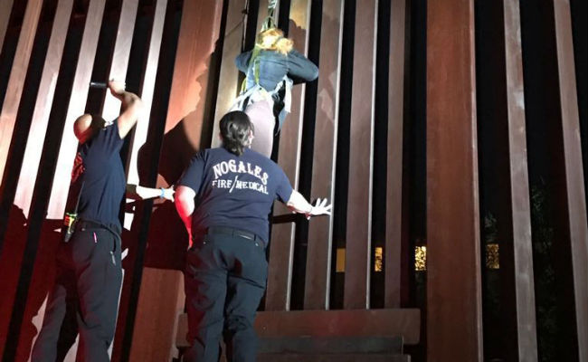 Polleros dejan colgada a mujer en valla fronteriza