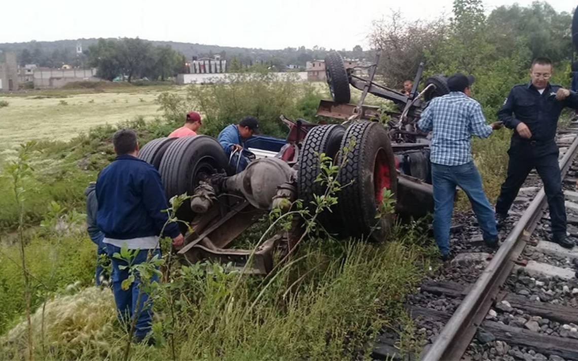 Tren arrolla a un camión en la carretera Reyes-Zumpango