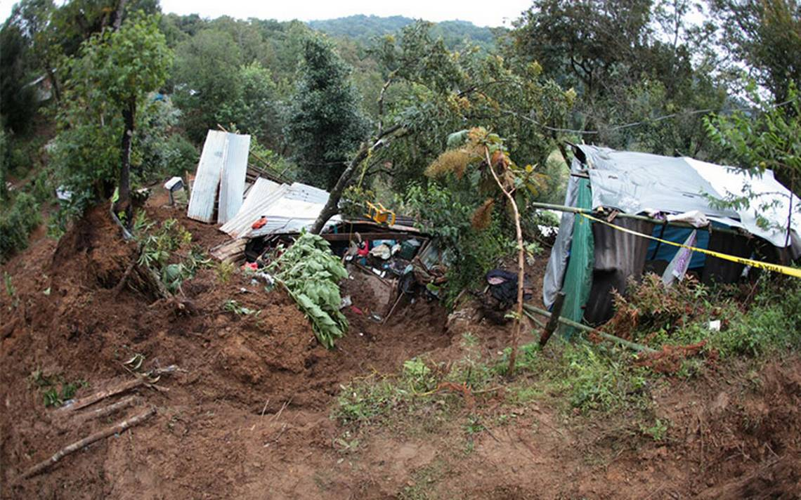 Alud sepulta humilde casa en Xalapa; muere una persona