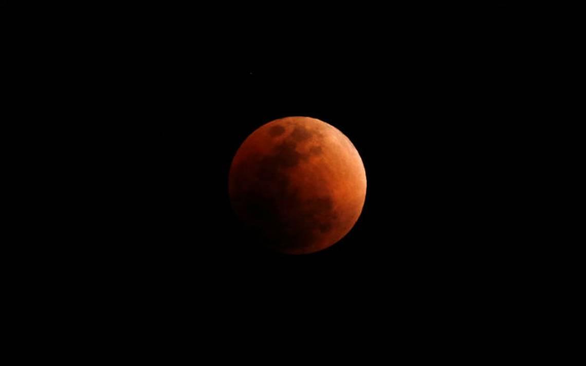 Así iluminó el cielo la Superluna azul de Sangre