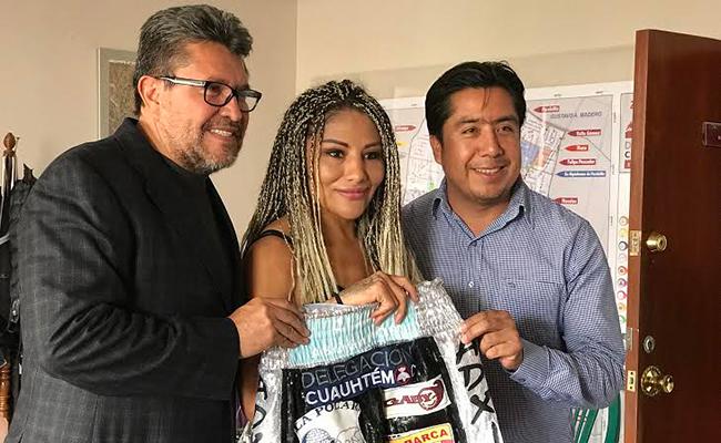 """Mariana """"Barbie Juárez por la corona mundial gallo del WBC"""