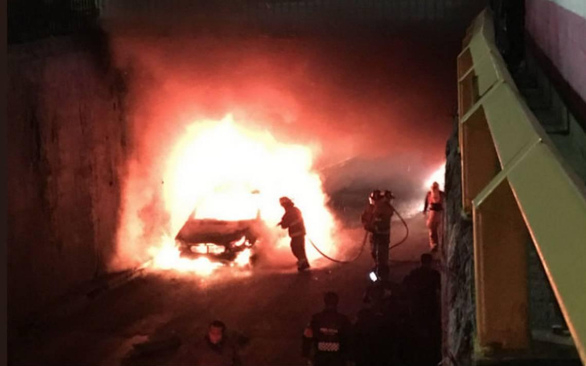 Familia sobrevive al incendio de su camioneta en avenida Chapultepec