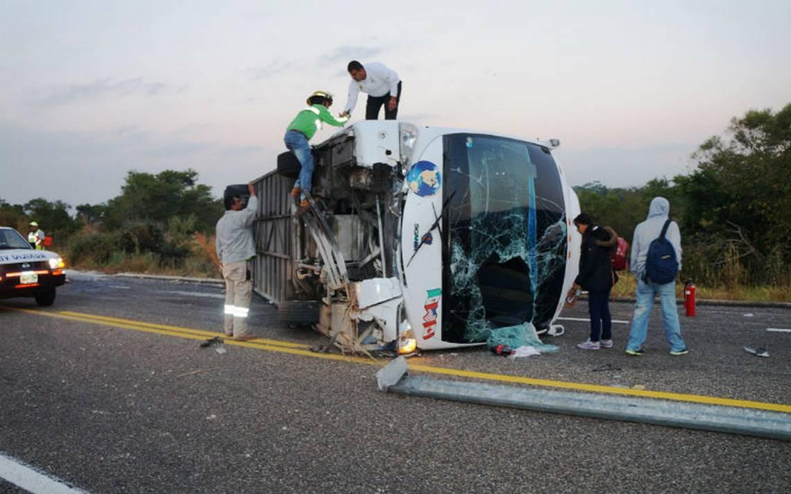 Un muerto y más de 15 heridos deja volcadura de un autobús en Chiapas