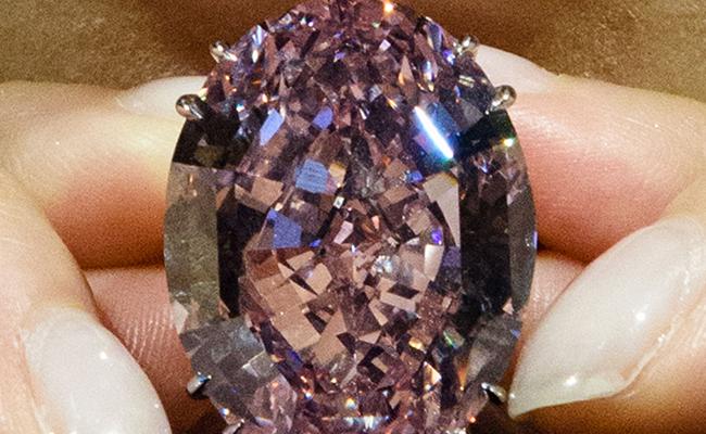 "Diamante ""Pink Star"" casi la rompe"