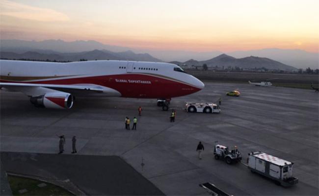 """El """"Supertanker"""" llega a Chile para ayudar a controlar ola de incendios"""