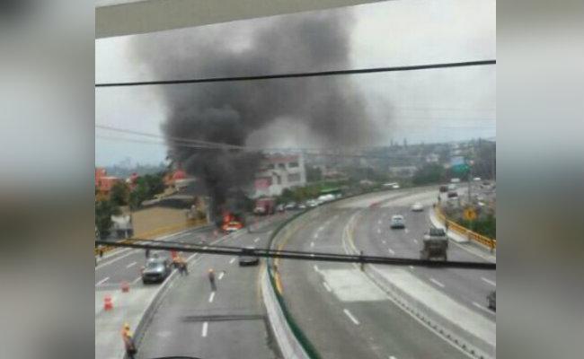Se incendia camioneta en el Paso Exprés; no hay heridos