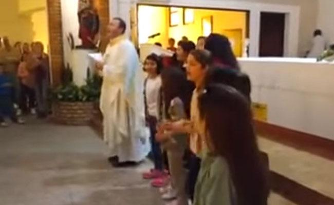 """Sacerdote compone """"Despacito"""" religioso y baila en plena misa"""