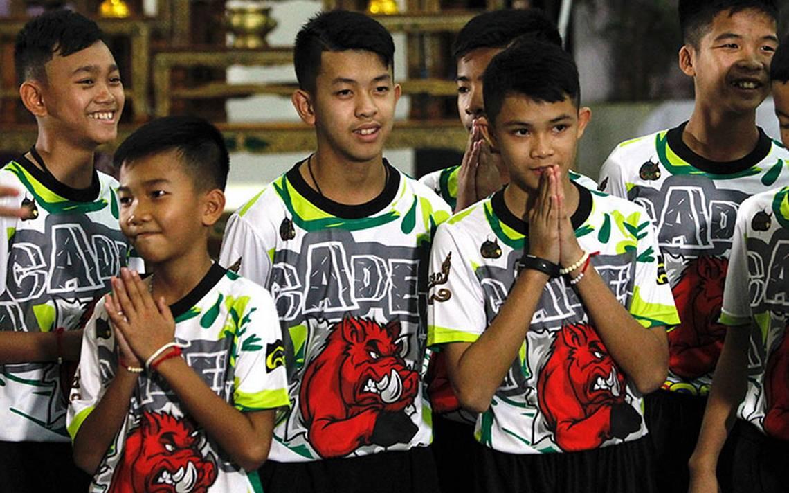 Niños y entrenador rescatados de cueva en Tailandia dejan hospital