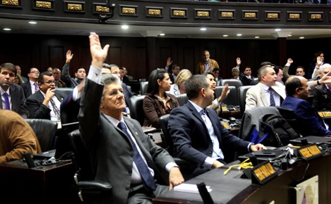 Piden elecciones tras declarar abandono del cargo de Maduro