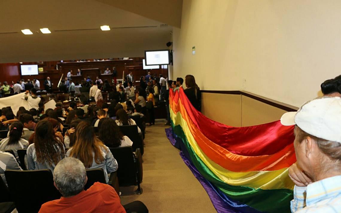Presentan iniciativa para matrimonios igualitarios