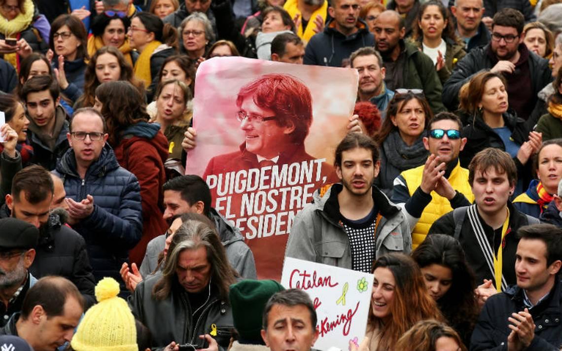 Cientos protestan en Barcelona por detención de Puigdemont; hay tres detenidos