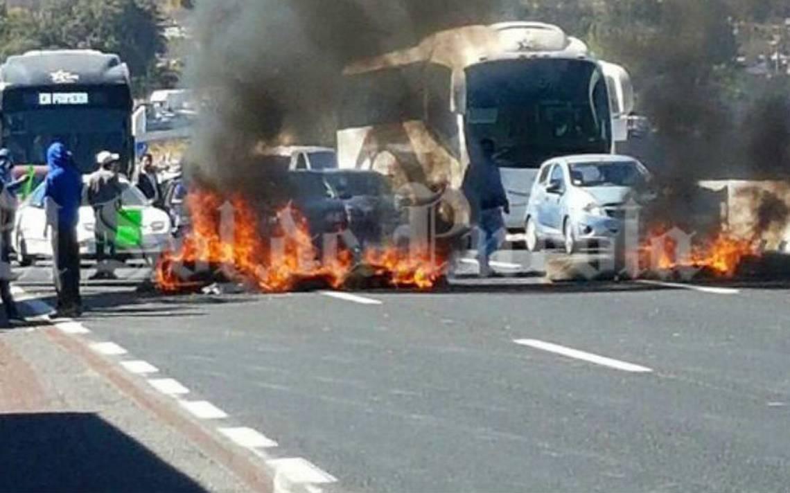 Queman llantas y bloquean la México-Puebla en protesta por detención de regidor