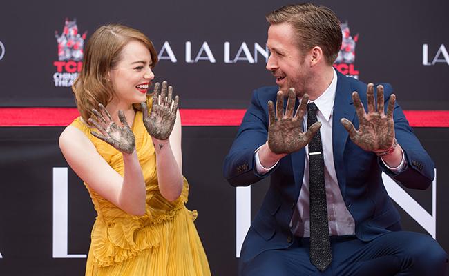 Ryan Gosling y Emma Stone eternizan sus huellas en el cemento de Hollywood