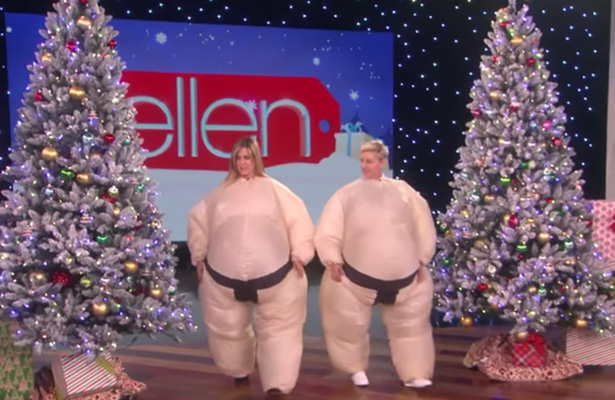 Jennifer Aniston y Ellen son ¡luchadoras de sumo!