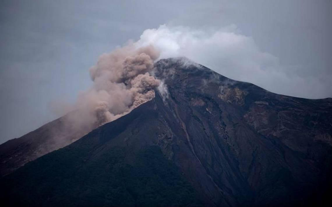 Volcán de Guatemala sigue con explosiones y alertan de flujos piroclásticos